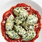 Клецки со шпинатом и сыром рикотта в томатном соусе
