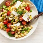 Весенний салат с макаронами и помидорами