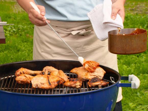 смазывайте курицу соусом