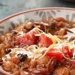 Чили кон карне с курицей и копченым перцем чипотле