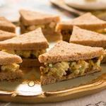 Клубный сэндвич с салатом из курицы, яблока и карри