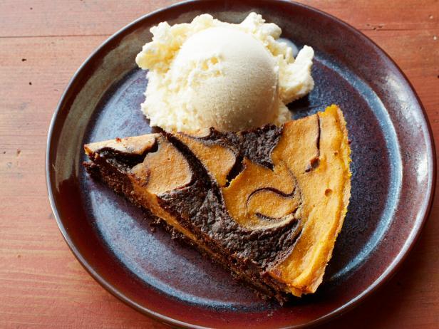 Фото Шоколадный пирог «Брауни» с тыквенными завитками