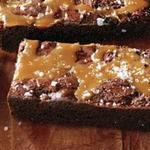 Шоколадный «Брауни» с карамельным соусом