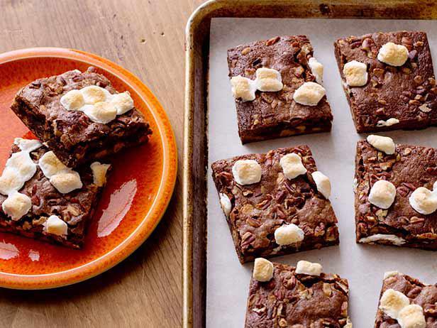 Фото Простые «Брауни» с орехово-зефирной посыпкой