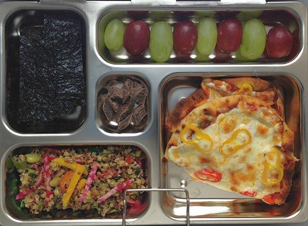 Салат с киноа и пицца из лаваша