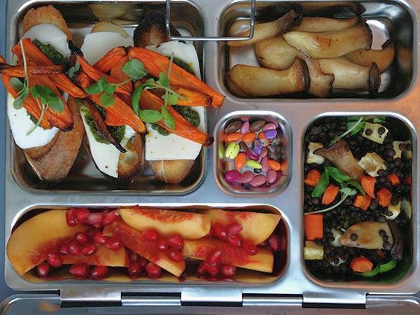 Бутерброд с моцареллой и жареные овощи