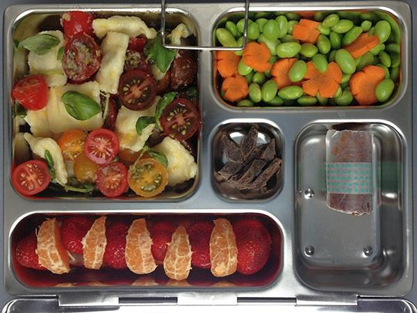 Салат с томатами и сырными равиоли