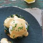 Яйца по-флорентийски со шпинатом и соусом Морне