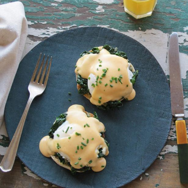 Фото Яйца по-флорентийски со шпинатом и соусом Морне