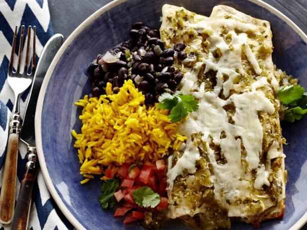 Энчилада с курицей и гарниром из желтого риса и черной фасоли