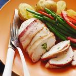 Фаршированная курица, завернутая в бекон, с гарниром из картофельного пюре и фасоли