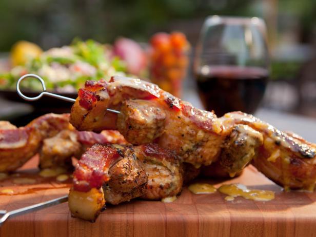 Кебаб из свинины, завернутый в бекон