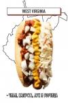 хот-дог с чили, капустой, луком и горчицей
