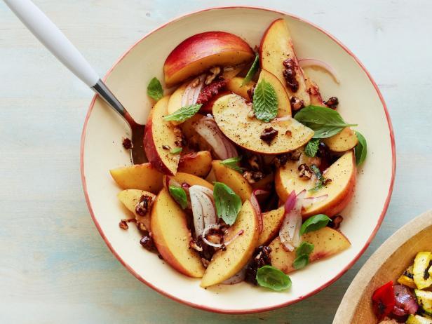 Фото Салат с персиками, грецкими орехами и луком