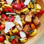 Салат панцанелла с овощами гриль