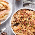 Горячий дип-соус с карамелизованным луком и беконом