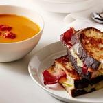Крем-суп из запеченных томатов и бутерброд с сыром и беконом