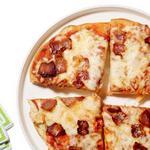 Пицца с беконом и тремя видами сыра