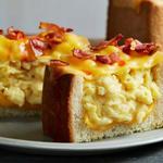 Хлеб с яичницей скрэмбл и беконом, запеченный под сыром