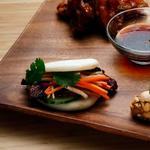 Фото Китайские булочки бао с маринованным дайконом, морковью и карамелизированным беконом