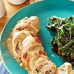 Курица с голубым сыром и орехами, завернутая в бекон в молочном соусе