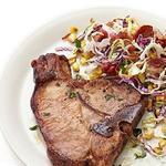 Свиная котлета и капустный салат с беконом и кукурузой