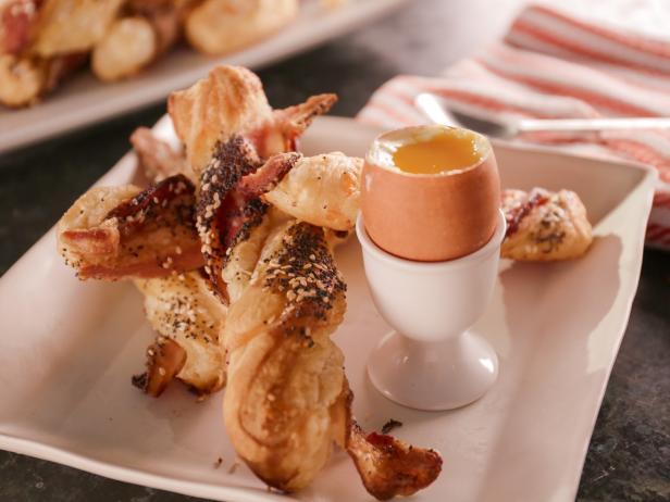 Фото Плетенка с беконом и чеддером и яйца всмятку
