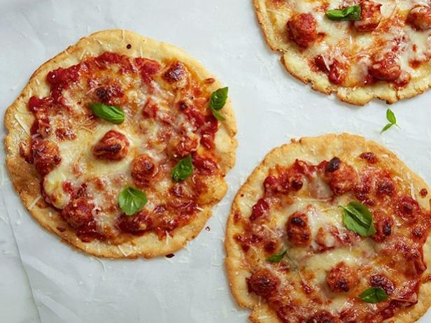 Фото Безглютеновые порционные пиццы с фрикадельками из индейки