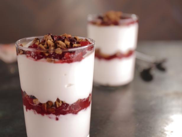 Фото Парфе с йогуртом, мюсли и клюквой
