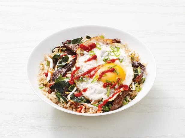 Фото Боул с жареным рисом, яйцом и стейком