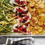 Треска с картофелем, стручковой фасолью и прованскими травами в духовке