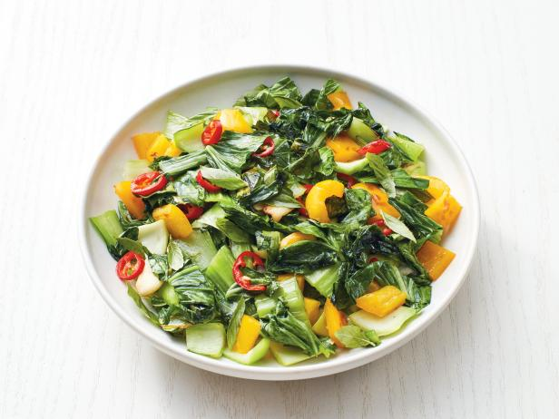 Фото Китайская листовая капуста бок-чой со сладким и острым перцами