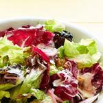 Зеленый салат с маринованным луком шалот