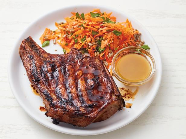 Фото Свиная корейка на гриле с морковным салатом
