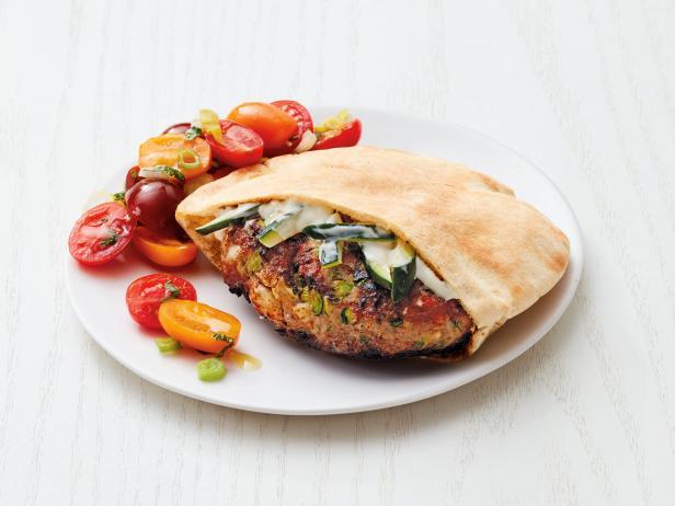 Фото Греческий гамбургер с индейкой и салатом из помидоров
