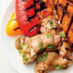 Куриные бедра с овощами на гриле и соусом из семян подсолнечника