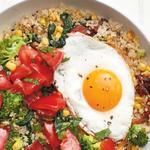 Киноа с яйцом, беконом и овощами