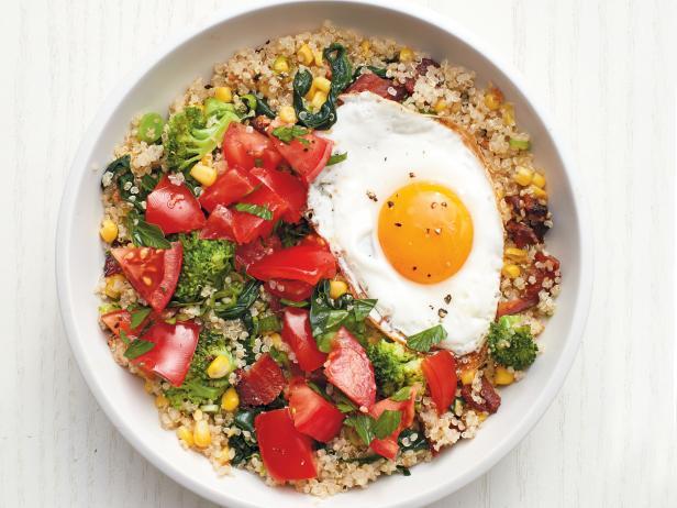 Фото Киноа с яйцом, беконом и овощами