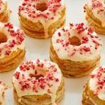 Слоеные пончики с персиками и глазурью