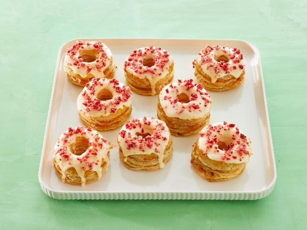 Фото Слоеные пончики с персиками и глазурью