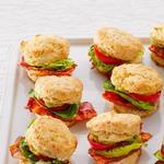 Сэндвичи с несладкими сырными бисквитными булочками