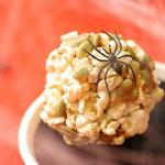 Фото Сладкие и пряные шарики из попкорна с тыквенными семечками