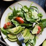 Салат из шпината, авокадо и тыквенных семечек