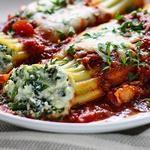 Маникотти в томатном соусе, фаршированные рикоттой, шпинатом и беконом