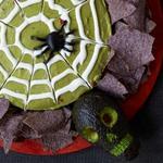 Соус гуакамоле на Хэллоуин с паутиной