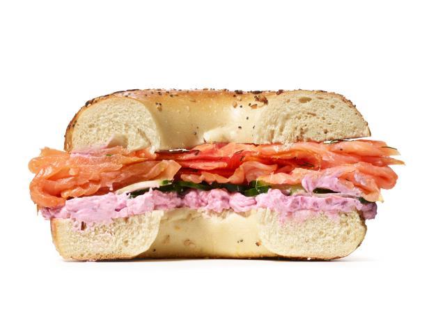 Сэндвич из бэйгла с лососем, хреном и крем-сыром (№ 27)