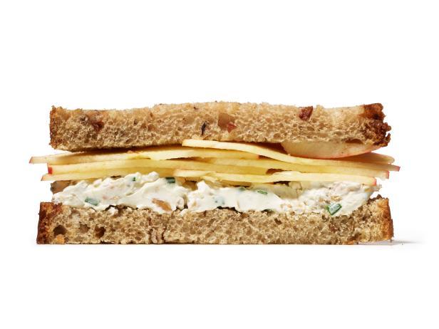 Сэндвич с творожным сыром, яблоком и грецкими орехами (№ 47)
