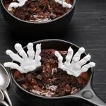 Шоколадный пудинг с руками скелета