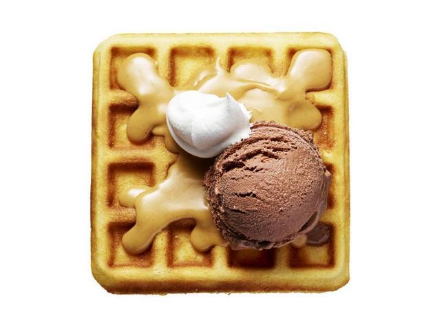 Шоколадное мороженое с арахисовым соусом