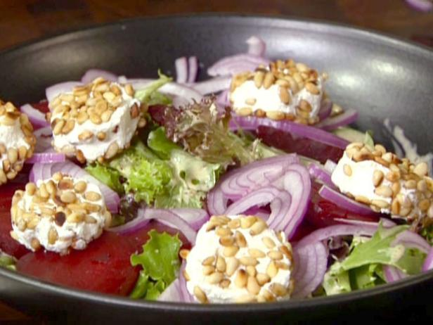 Фото Салат из свеклы с козьим сыром и кедровыми орехами